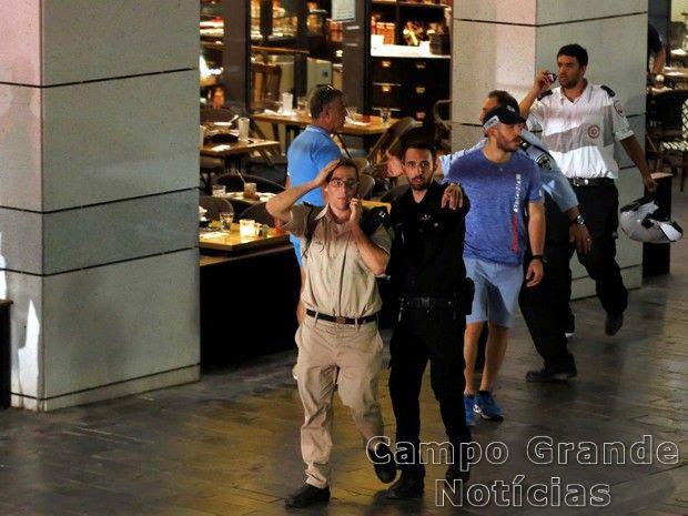 Policial israelense isola uma área em Tel Aviv, logo após o tiroteio ocorrido nesta quarta-feira (08/06) – Foto: Ammar Awad/Reuters