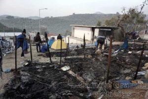 Um incêndio de médias proporções atingiu nesta quinta-feira (24/11) o Campo de Refugiados de Moria, na Grécia. Duas pessoas morreram – Foto: AFP
