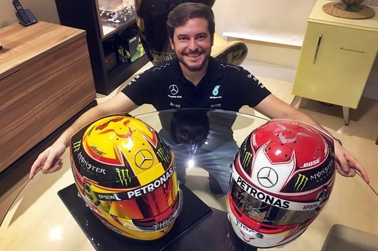 Raí Caldato exibe os capacetes de Lewis em sua casa (Foto: Raí Caldato/Arquivo Pessoal)