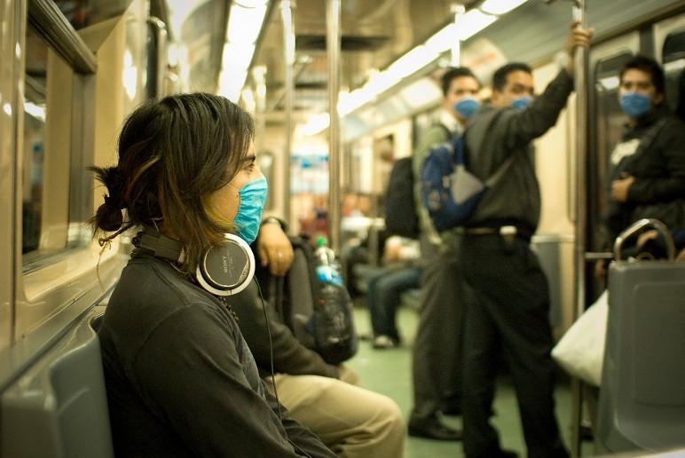 Mexicanos usam máscara de proteção durante surto de gripe suína, em 2019 (Foto: Divulgação)