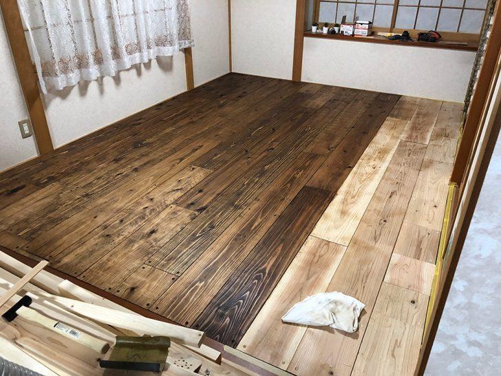 杉のカフェ板に色を塗って乾燥を待つ