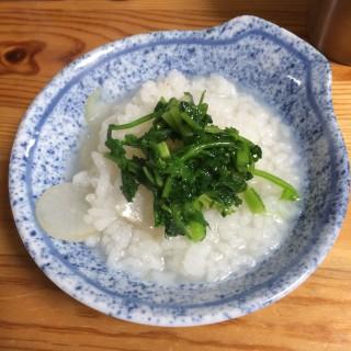 【心平風七草粥】大根・カブ・ゴマ油と米を弱火で炊き、その上に「七草ナムル」を刻んで載せている。