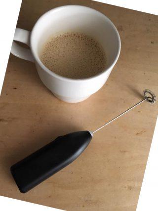 【バターコーヒー】良いコーヒーに、良いバターとココナッツオイルを入れて攪拌する。