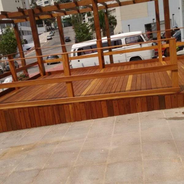 Deck piscina para eventos em madeira aparelhada.