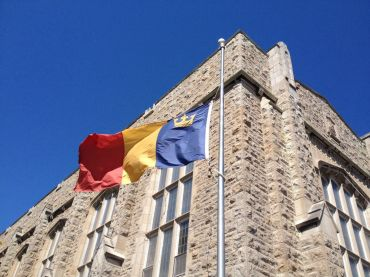 Figure 4: Tricolour flag in front of Douglas Library at Queen's University 图4:女王大学