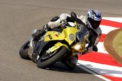 s1000rr_ride_kneedown.jpg