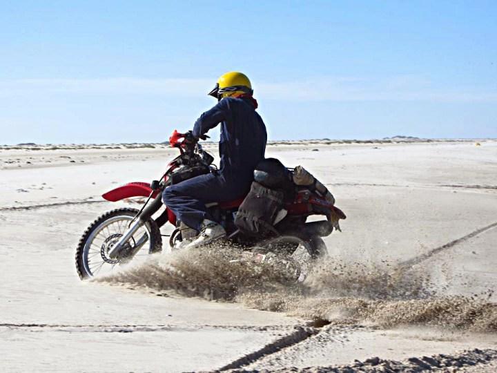 Mondo Sahara rider James Duveen flogs his XR400 in the desert. Photo: Facebook