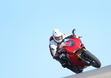 15-Ducati-1299PanigaleS_track_front