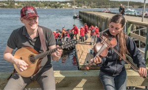 Fiddler and mandolin player greet passengers boarding One Ocean Expedition's Fiddles and Sticks golf cruise. (Image: One Ocean Expeditions)