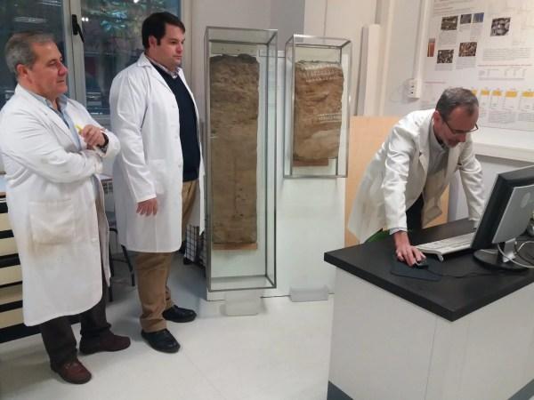 2. Los profesores Javier Martínez, Manuel Sierra y Francisco Martín, con dos perfiles de suelo de Aznalcóllar que se conservan en el Departamento de Edafología de la UGR
