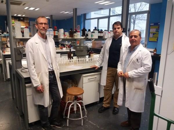 Los profesores Francisco Martín, Manuel Sierra y Javier Martínez, en el Laboratorio del Departamento de Edafología de la UGR