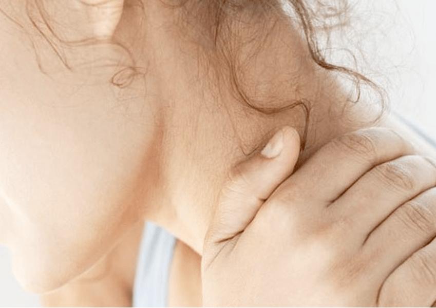 mujer con dolor fibromialgia