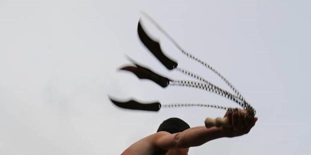 Image d'illustration un homme donnant des coups de fouet.
