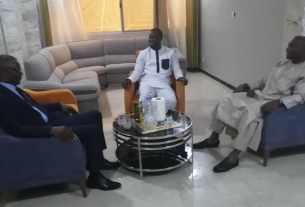 Photo de Ousmane SONKO, Moussa DIOP & Barthelemy Diaz dans un sallon.