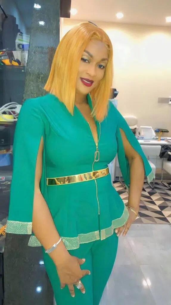 La chanteuse Titi en Costume Sexy.
