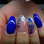 decoración de uñas azul con esmalte