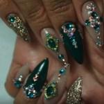 uñas de acrilico verdes con piedras