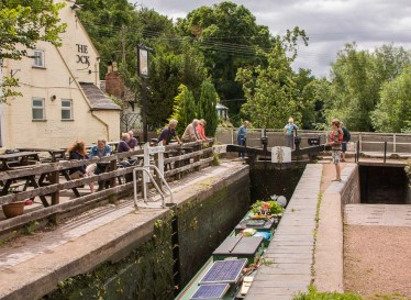 Wolverley Lock 8 and Bridge 20 with the Lock Inn alongside.