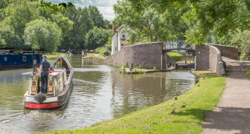 The Stratford canal veers off to the right and Lock 21
