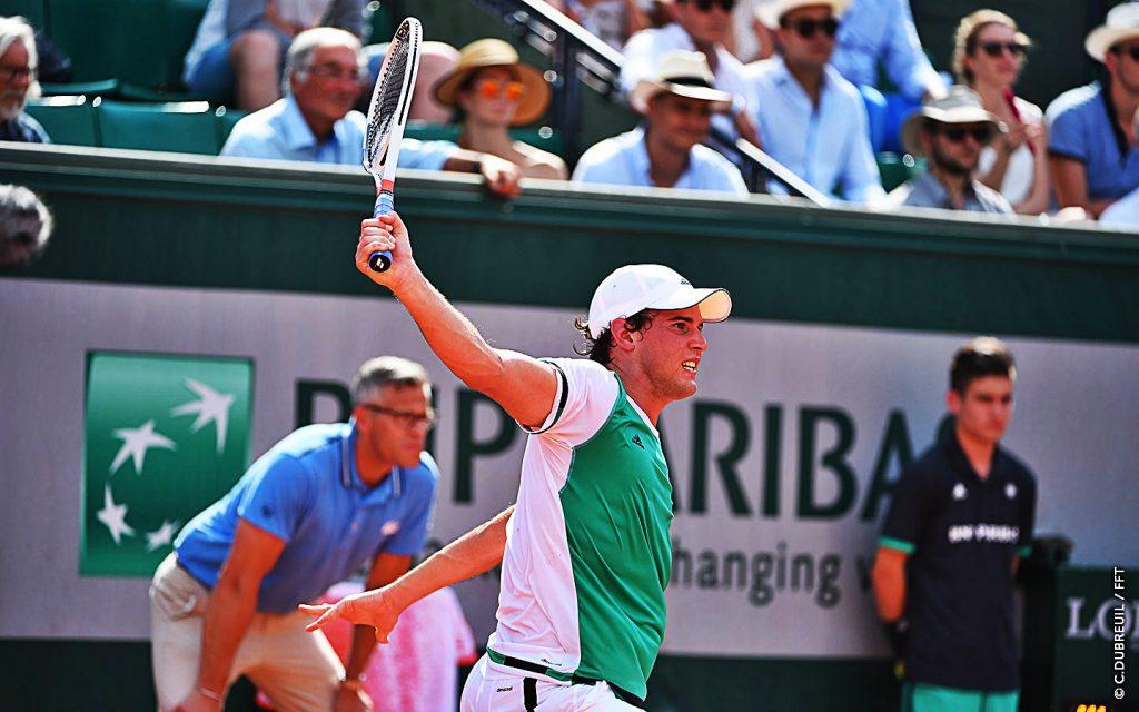 Thiem golpea un revés en Roland Garros