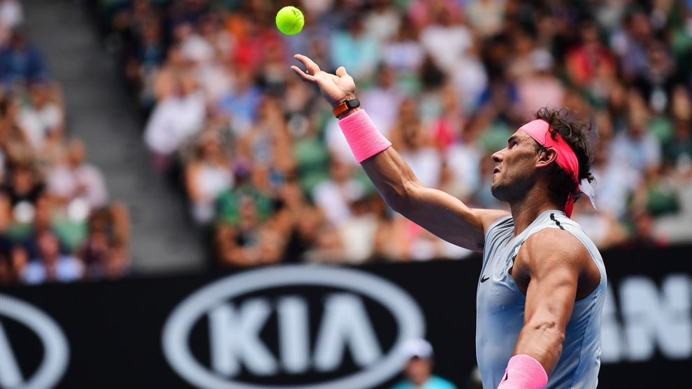 Rafa Nadal sirve Open de Australia 2018