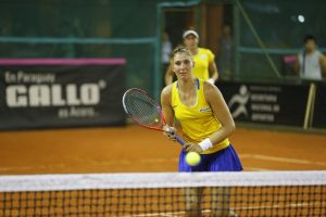 Haddad Maia y Stefani jugando el dobles de la Fed Cup contra Argentina
