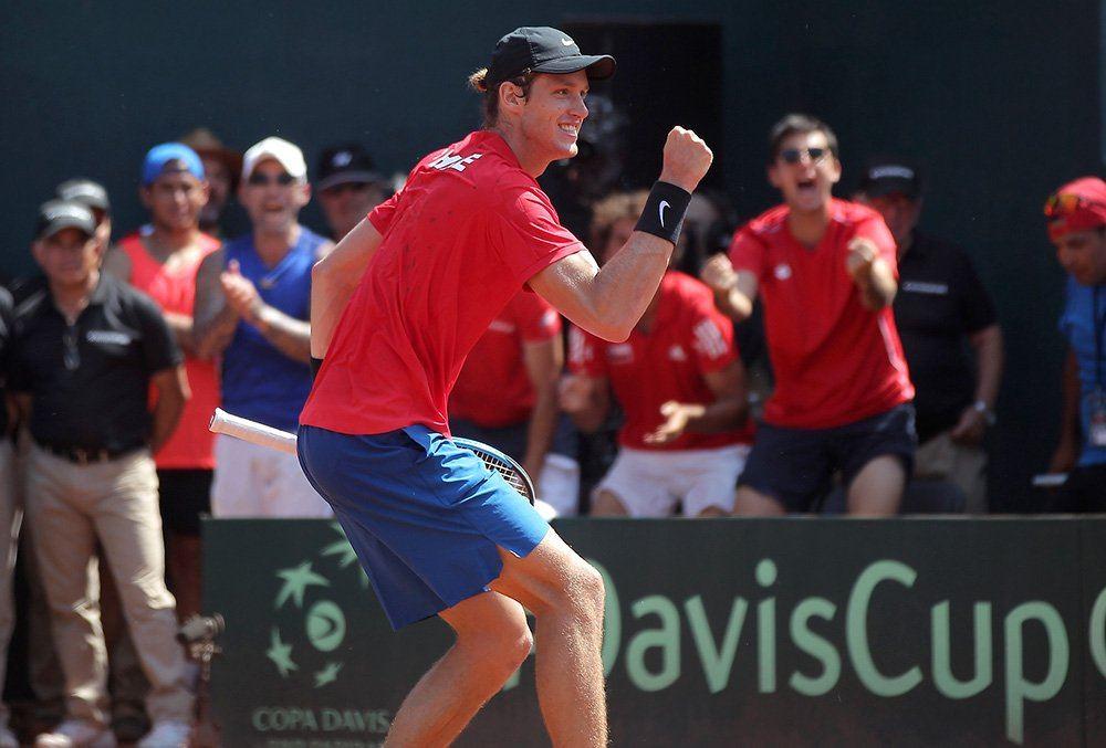 Nicolás Jarry celebra un punto con Chile