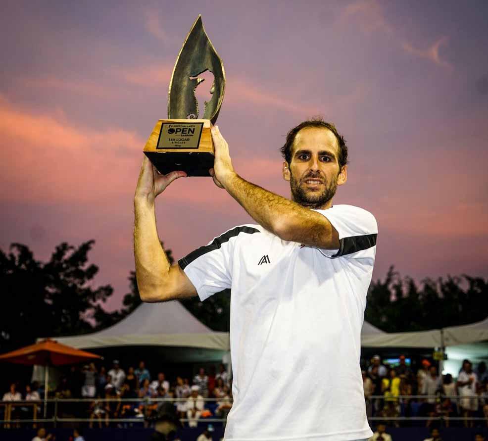 Adrián Menéndez Maceiras con el título del Challenger de Puerto Vallerta