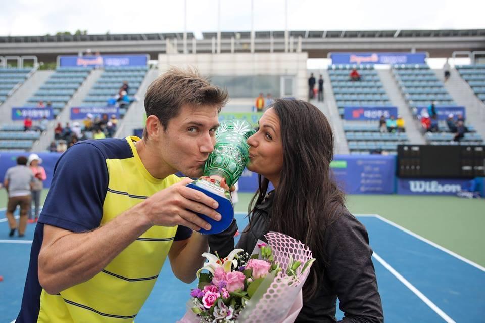 Ebden besando el trofeo del Challenger de Busan