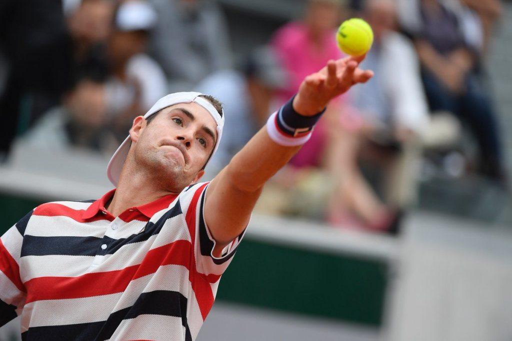 Isner sacando en Roland Garros