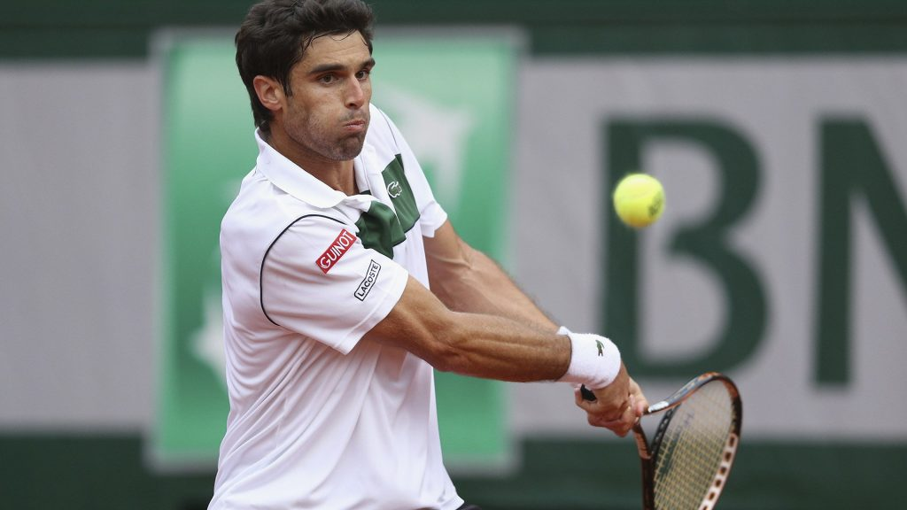 Pablo Andújar golpea un revés en Roland Garros