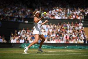 Giorgi jugando frente a Serena Williams en Wimbledon