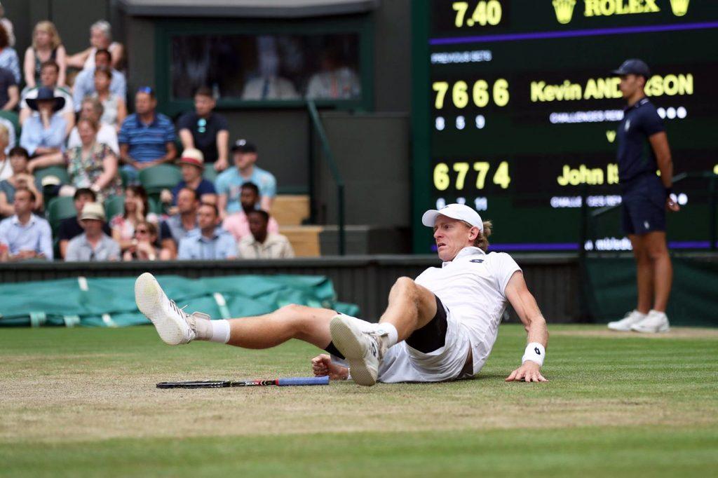 Anderson en el suelo tras el cansancio en Wimbledon