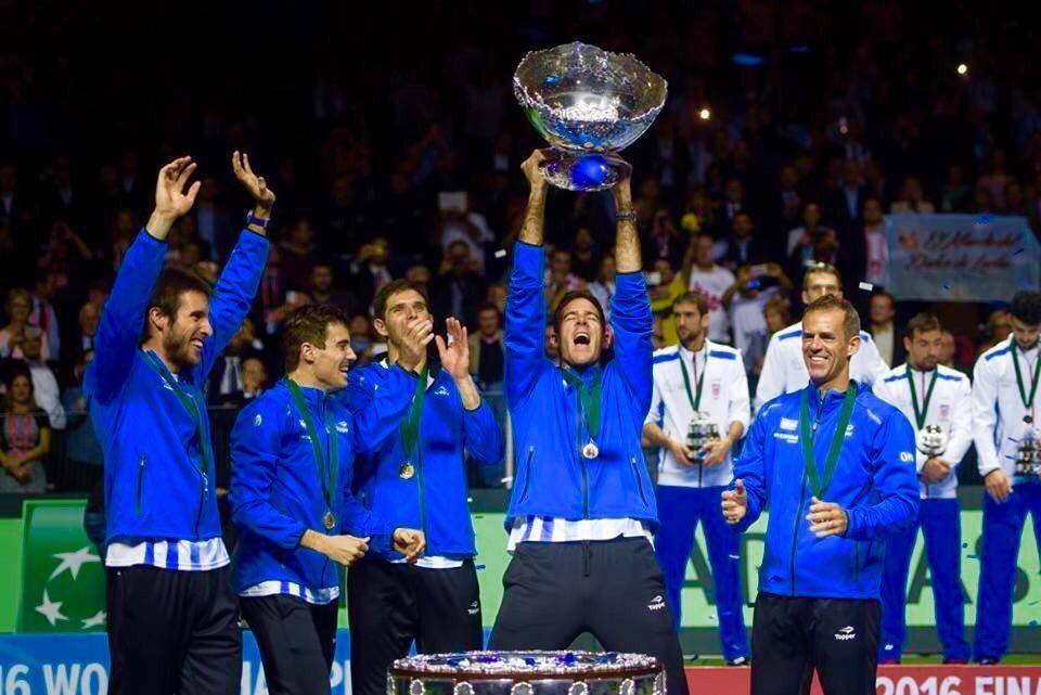 Daniel Orsanic festeja la obtención de la Copa Davis con sus jugadores ! Foto: @AATenis