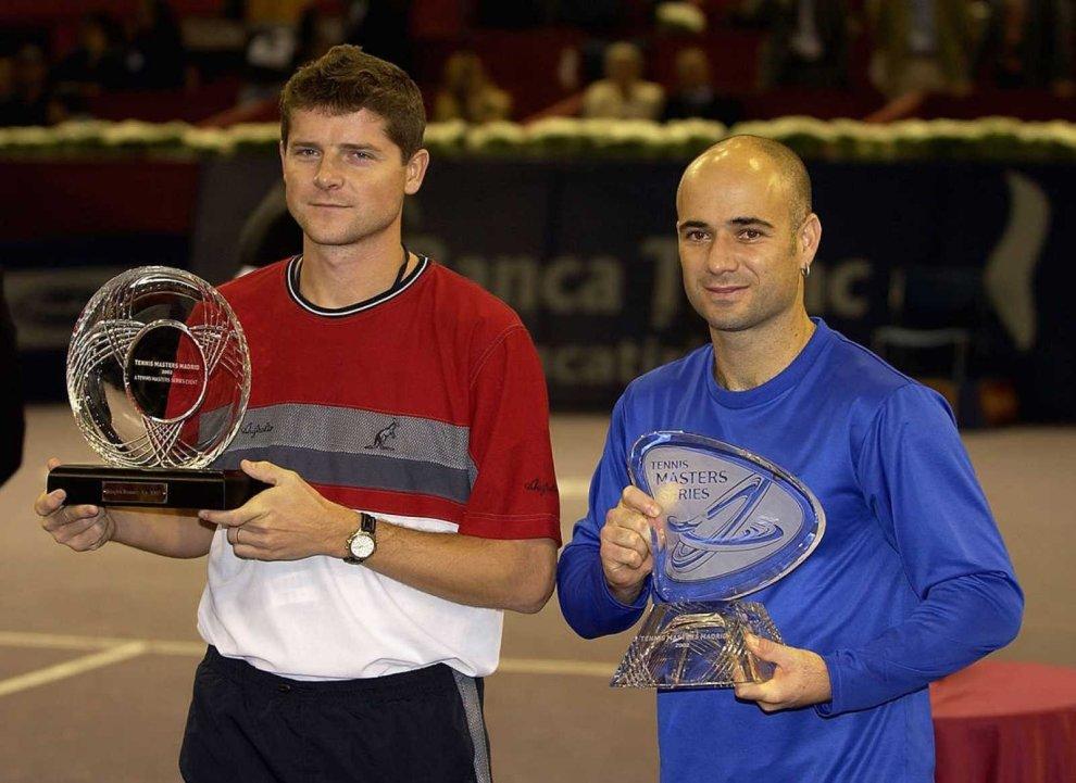Andre Agassi posa con el título en el Mutua Madrid Open