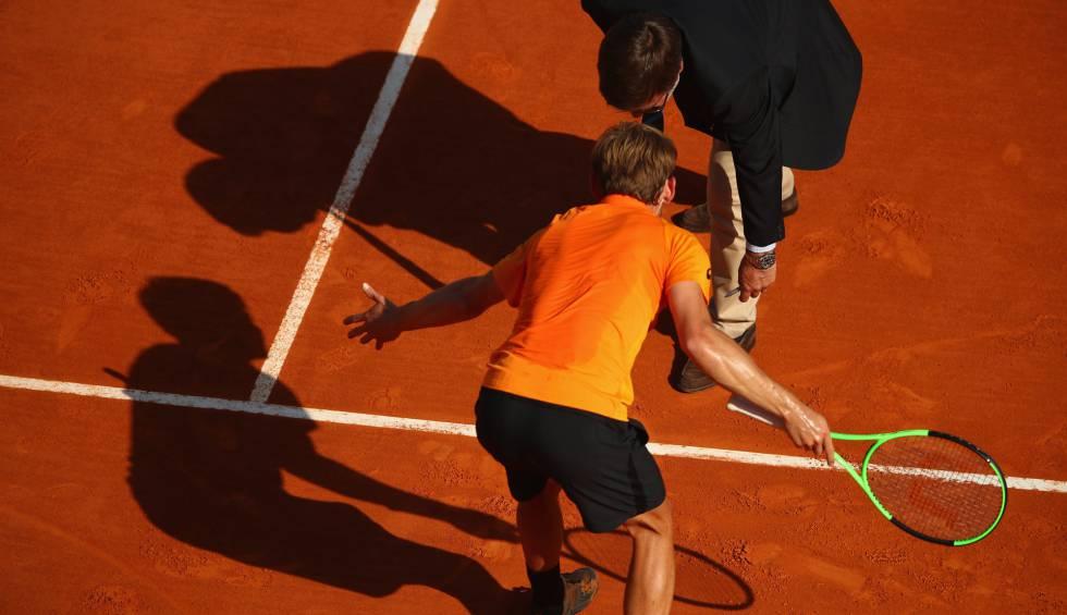 Goffin protesta al árbitro una bola en Roland Garros