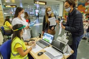 Sanidad prorroga hasta después de Semana Santa el control de pruebas COVID-19 a viajeros estatales