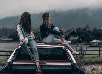 chicas sobre coche