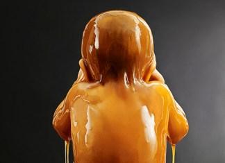 Niño bañado en miel
