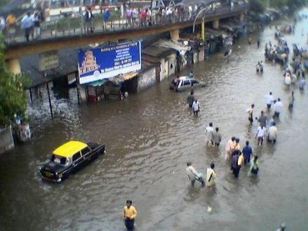 Entrada a la estacion de trenes en Mumbai inundada