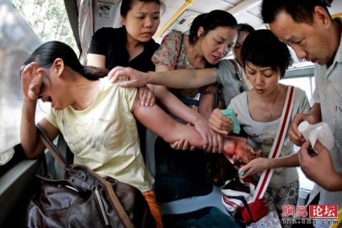Pasajeros rescatando una mujer que se corto las venas