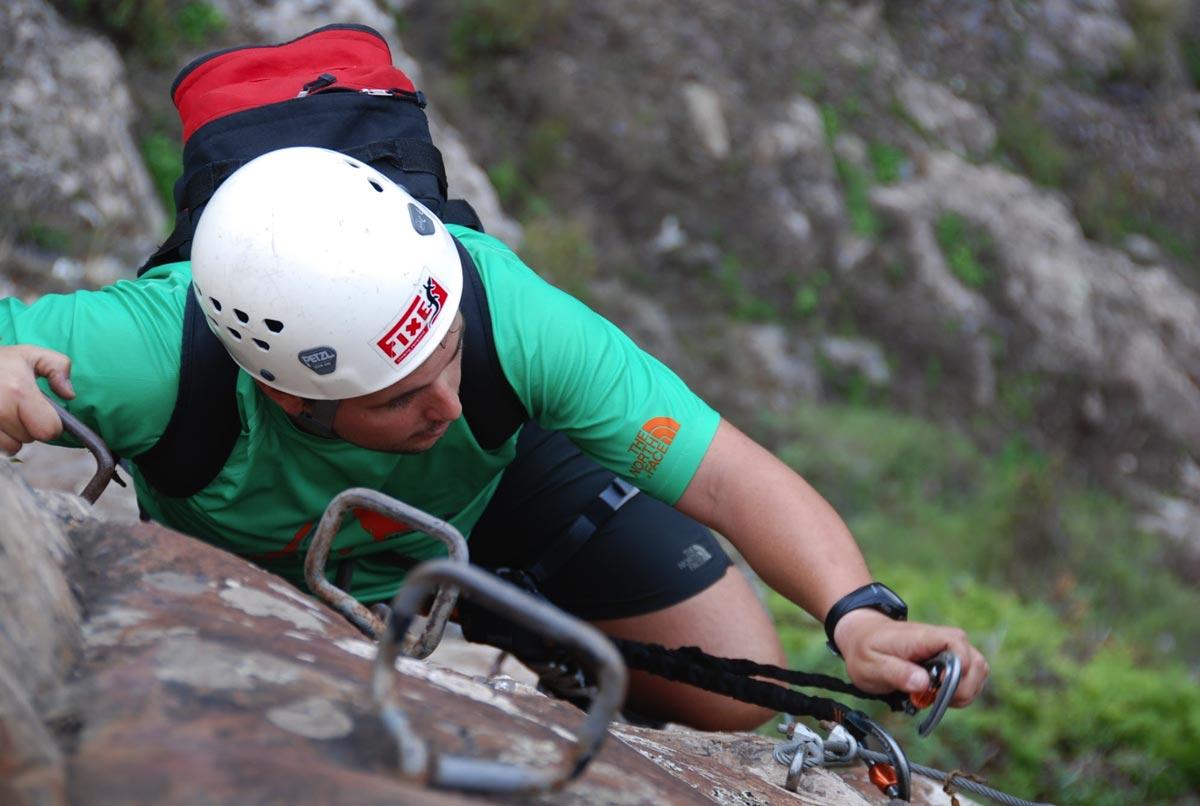 Canary-climbing-servicios-de-escalada-deportiva-islas-canarias-jorge-ortega-VIA-FERRATA-guagua-asegurando
