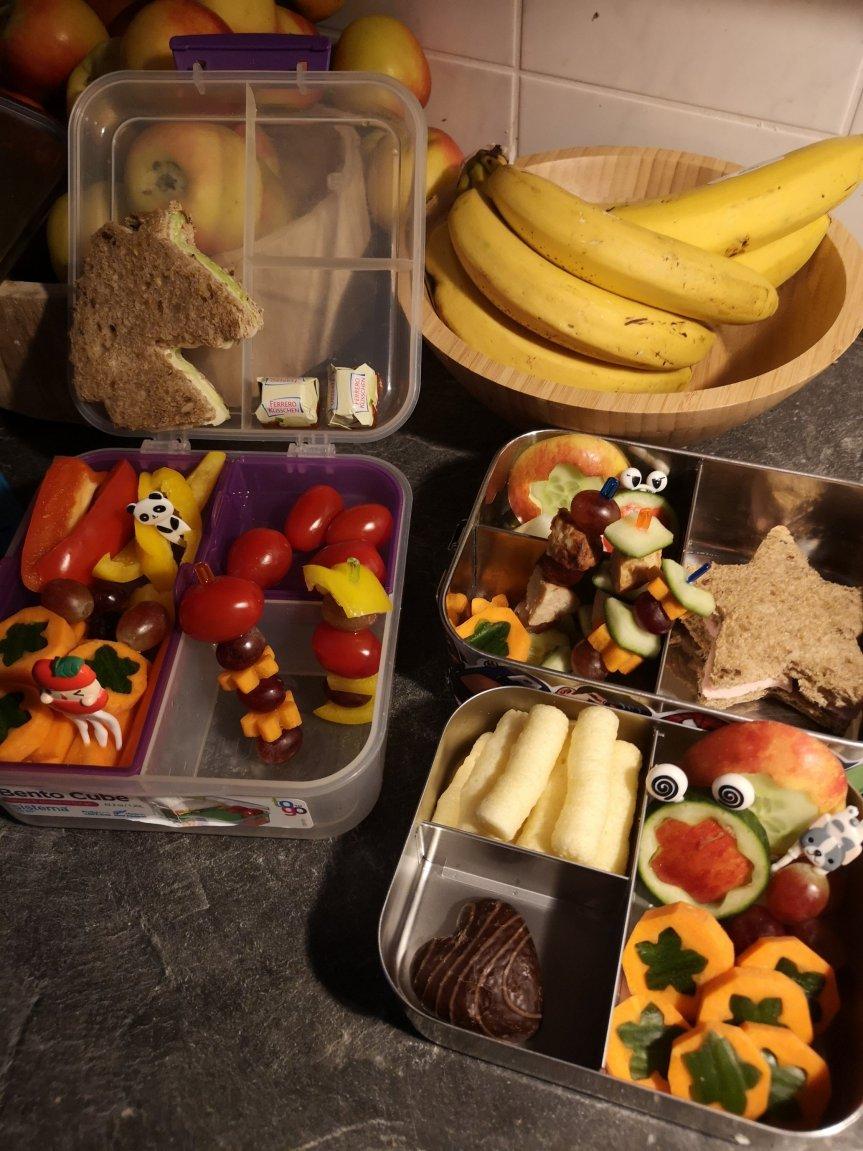 Das Frühstück für die Schule; die Brotdosen mit den Augen
