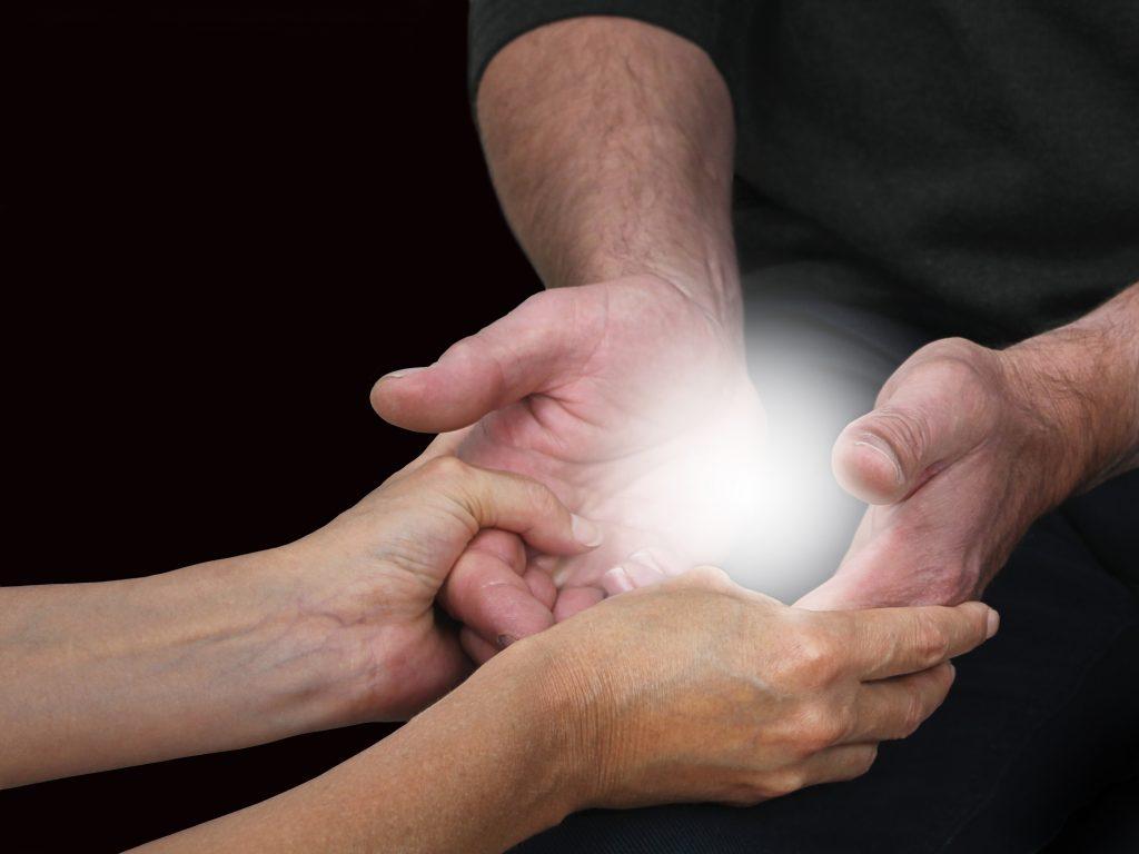 Delphine Remy reçoit l'énergie de l'univers pendant une séance de reiki avec Xavier