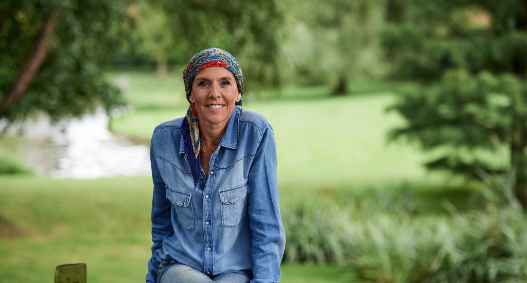 Delphine Remy dans son jardin pour une lettre au cancer