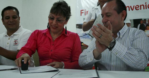 Mario Machuca Sánchez y la Lic. Gloria Victoria Guevara firma de convenio
