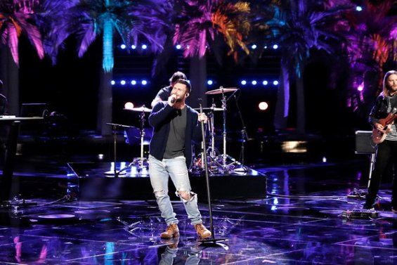 "See coach Adam Levine take The Voice stage! Maroon 5 sings their hit song ""Don't Wanna know"" on Monday, November 30, 2016."