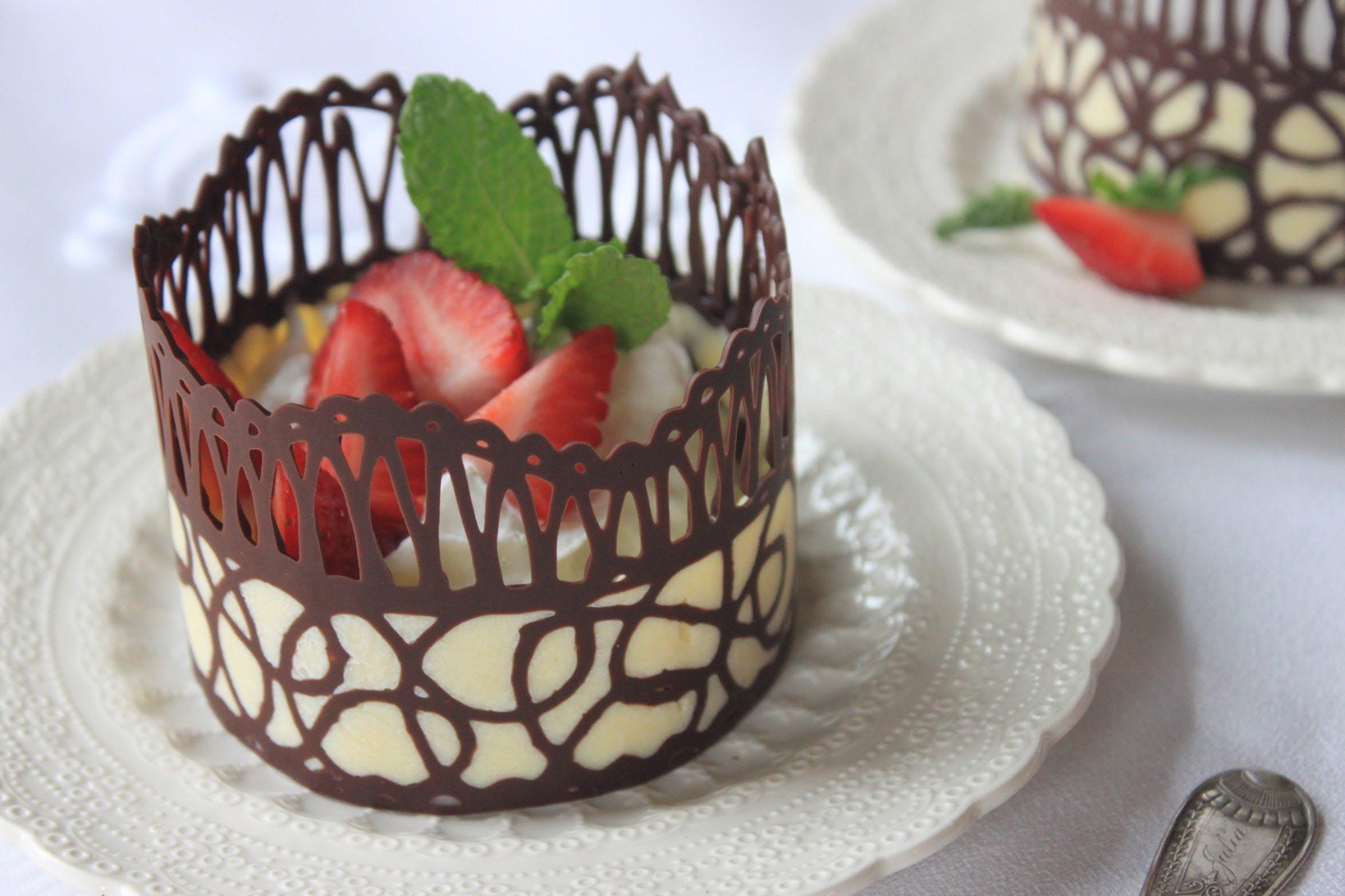 Çikolata dantel ile süslenmiş tatlı