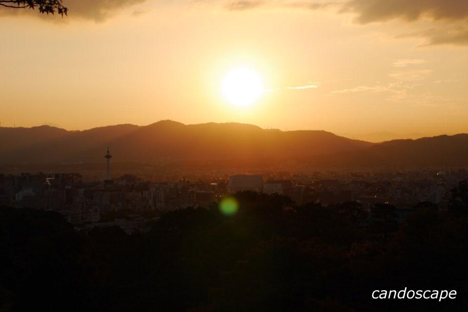 清水寺から見える夕陽に照らされた京都の街
