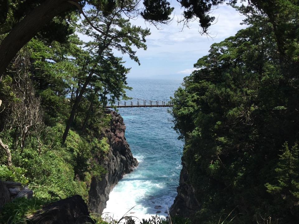 森林の岩山の間に架かる吊り橋